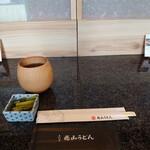 五代目 花山うどん - テーブルセット 黒豆茶と野沢菜