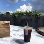Shiro - 外でコーヒーと一緒に
