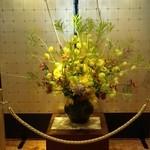 15779376 - ホテルのロビーに飾ってあった生花~♪