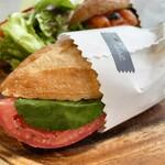 ファブリック - ランチA:バゲットサンドイッチ2種(サーモンクリームチーズ、生ハム バジル トマト)、グリーン・サラダ、カフェ・ラテ