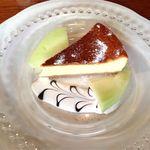 15784929 - お皿と盛り付けがかわいいチーズケーキ