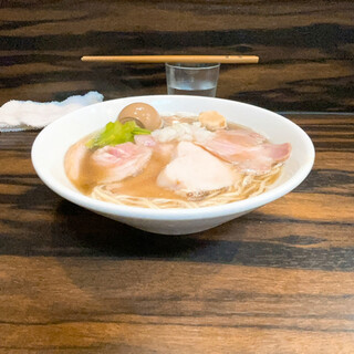 中華そば 梟 - 料理写真:限定淡麗烏賊煮干し中華そば+限定カムイ豚チャーシュートッピング+(形の崩れた)懐かしの固ゆで玉子