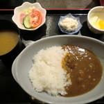 悠遊亭 - 米沢牛カレー(グリーンサラダ、ポテトサラダ、お味噌汁つき)700円