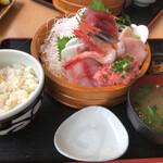 ととすけ - お刺身定食。白いご飯か酢飯かチョイス出来ます。