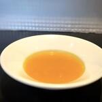 クロマニヨン - ◆カボチャのスープ・・カボチャ(に対し「0.8%」のお塩、小量の昆布出汁のみでお味付けされているそうですが、 カボチャの甘み・旨味が凝縮され美味しい。