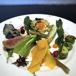 クロマニヨン - *無花果、胡瓜、ブルーベリー、人参、茄子のマリネ、オクラ、ピーマン、ゴーヤetc。 グリルした品や生の品など盛られていますけれど、どれもお野菜本来の旨味を感じます。