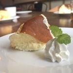 157875091 - ランチセットのデザートはチーズケーキ
