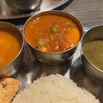 157877830 - 左から野菜カレー、たまごカレー、豆のスープ