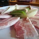 コリアンダイニング 聖 - 料理写真:サムギョプサルと野菜全貌♥