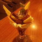 monpa - 手作り生チョコとバナナのおいちいパフェです。甘いもの好きにも一撃?の一品です。