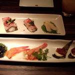 15790823 - 彩り前菜盛り合わせ(手前)、黒毛和牛のローストビーフ寿司(奥)