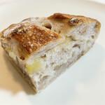 タニロクベーカリーパネーナ - ジューシーなりんごとくるみとクリームチーズがたっぷり