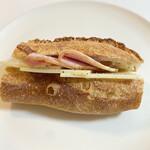 タニロクベーカリーパネーナ - グリュイエールチーズと大山ロースハムのバゲットサンド