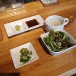鉄板ダイニングゆう - キノコのスープ、サラダ、オクラとタコの和え物