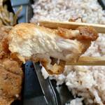肉の吉野 - 鶏からあげ弁当・麹町コロッケ・十六穀米(700円)