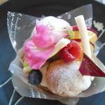 シューマン - パリジャン ¥325 ※小さいシュークリームが載ってる♪
