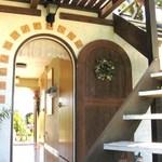 キッチン 赤いフォーク - 北側テラス席からエントランスを望む 屋上テラス席への階段