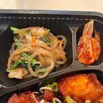 焼肉韓国料理 MUGEN - チキンの上にはキムチとチャプチェが添えられてました、さすがに韓国料理のお弁当ですね。