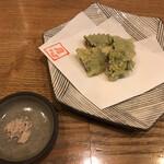 157958473 - サンマと大葉の天ぷら(小)。手に入ったサンマが小ぶりなので、幾らかお値引きしますと言われて出されたもの。