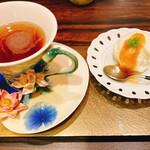 157958665 - デザートのアイスアップルシナモンソースとポワール(洋梨)ティー