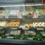 ボンメール洋菓子店 - ショーケース 定番ケーキ 種類は多くない