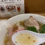 157987836 - スープに揚げニンニクと擦りおろし柚子が香ります