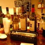 15800316 - カウンターにはグラスの価格が書かれたワイン