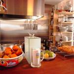 イルベッカフィーコ - 広々としたカウンター。キッチンが一段下になっています。