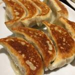 天鴻餃子房 - この焼き加減が最高な元祖餃子 野菜たっぷりです