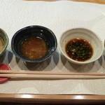 Kurogewagyuusutekinakayama - 4種類のタレ。玉ねぎベース、生姜ベース、ポン酢、塩