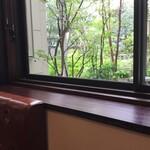 158078490 - 店内は奥行きがあり、中庭を望む奥の席はサンルームのように明るい空間です。