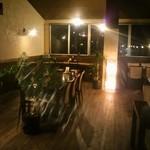 カフェナトゥーラ - 木のぬくもりがある店内、居心地良い空間の使い方です