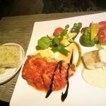 カフェナトゥーラ - ディナー・プレート、お肉(チキン)とお魚があります