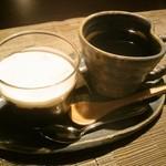 カフェナトゥーラ - プレートにセットのデザートとコーヒー