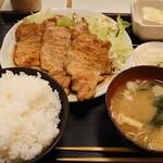 かつ源 - 料理写真:ロースしょうが焼き定食(中)