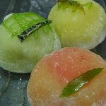 福田屋 - フルーツ大福:パイン、メロン、マンゴーの果肉を柔らかいお餅で包みました。(季節で内容が変わります)