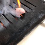 やきにく徳山 - 生肉をベチョリと鉄板に置かれたので、そうやって出してくれるのかと思った、鉄板油。
