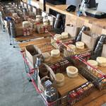 グラックスプレミアムキャンプリゾートキ 京都 るり渓 - 朝食のバスケットを取りにセンターハウスへ。朝7:00から。暖かいコーヒーと紅茶もウォーマーに置いてあり、ほんと寒い朝に暖かい飲み物は嬉しいです。