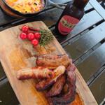 グラックスプレミアムキャンプリゾートキ 京都 るり渓 - ビーフ・ポークステーキ、ソーセージをグリル! 下味も付いていて焼くだけ。とっても柔らかくて美味しいです。お肉も美味しいと評判で聞いていましたが、ほんと美味しい!