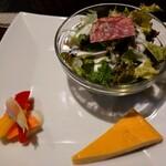 ルセット シェ イイナ - ランチの前菜 ・サラダ(酸味の優しいフレンチドレッシングが美味!サラミもお代わりしたいくらい美味しい!) ・キッシュ(シンプルな具無し、プディングのような食感) ・ピクルス(茗荷・パプリカ・人参)
