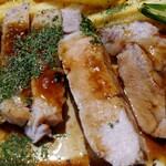ルセット シェ イイナ - 厚切りのポークの断面。 お肉は厚切りなのに、やわらかい♪ 美味しいソースとの相性が抜群です!!(*゚Д゚*)  ポテトフライがお腹に貯まり…ライスは食べきれず(;´д`)