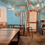 イダキ カフェ - 青い内装
