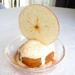 シェ・ヌゥ - 浦野さんの紅玉りんご タルト仕立て シナモン風味のアイス添え