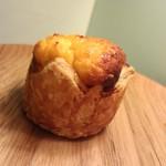 トースト ネイバーフッド ベイカリー - 外はクロワッサン地 中はチーズ