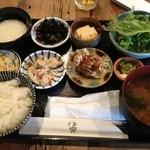 ゴラクショクドウ - ランチのおばんざい定食850円 選べる小皿はとろろ芋をチョイス!