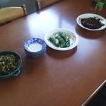 さかえうどん - 食卓には漬物などが無料で。