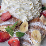 コナズ珈琲 - ストロベリー&バナナホイップパンケーキ