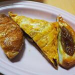 ベーカリーフェーブ - クイニーアマン、トマトとオリーブのパイ、いちじくのパイ 半分