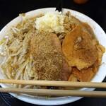 自家製太麺 ドカ盛 マッチョ - てっぺんにはニンニク雪が積もっている