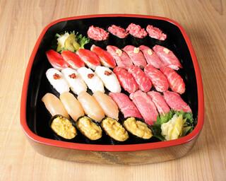 バル肉寿司 - 【テイクアウト】肉寿司の宴 8種盛り合わせ(馬肉ネギトロ×4・鴨燻製×4・馬肉ハラミ×4・馬肉えんがわ×4・馬肉赤身×4・鶏燻製×4・ローストビーフ×4・フォアグラ軍艦×4)